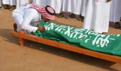 """بالصور.. جموع غفيرة تشيع الشهيد """"العامري"""" في الطوال.. وأقاربه يقبلون جبينه قبل دفنه"""